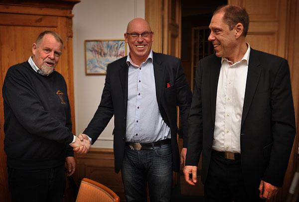 Lars Starkerud, styrelseordförande i stiftelsen Arbetarrörelsens arkiv och bibliotek skakar hand med
