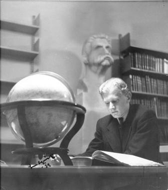 Ung man med bok 1939