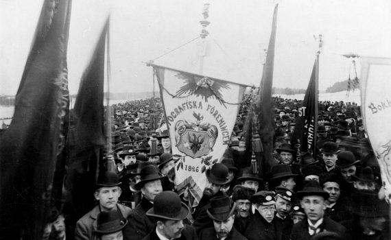 Första maj-demonstration i Stockholm 1899 med typografernas standar i mitten.