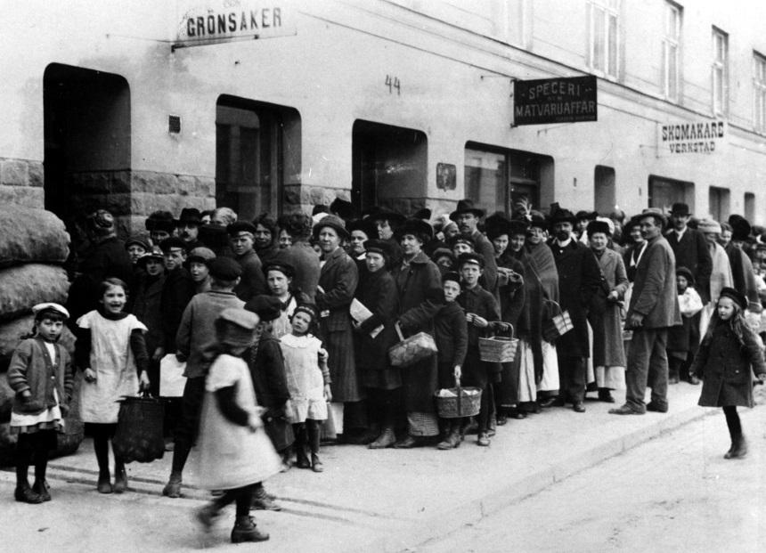 9 Maj 1917. Läs mer om denna månads händelser och vad bilden föreställer under maj månads artikel. Fotografi ur Per Albin Hansson personarkiv, 204:0455, ARAB