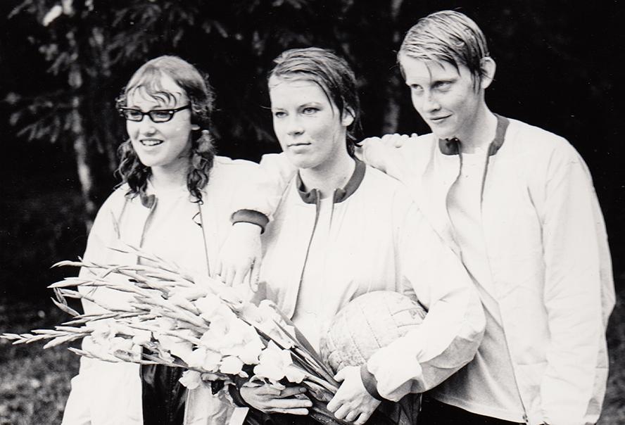 Bild på tre kvinnliga fotbollsspelare i svart vitt