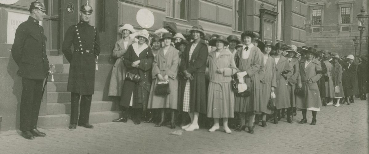 Fotografi av strejkande telefonister, stående i kö