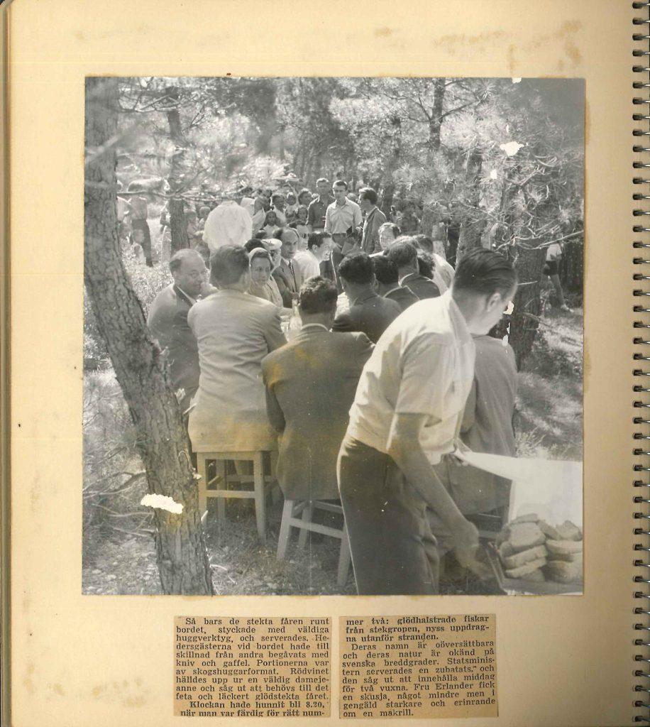 Fotografi föreställande middag utomhus, Tage Erlander med fru i Jugoslavien 1957