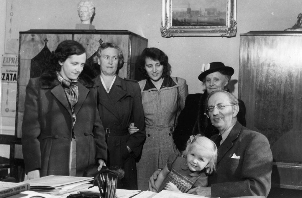 Familjen Höglund i Zeth Höglunds tjänsterum i Stockholms stadshus.