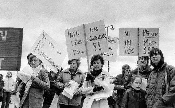 Arbetare från verkstadsklubben Standard Radio demonstrerar utanför SAF-huset på Blasieholmen i Stockholm.