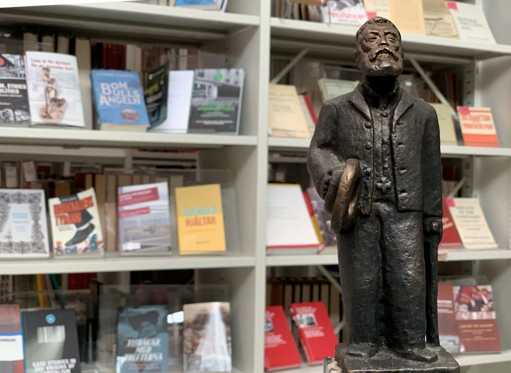 Ture Johanssons Bronsstatyett av August Palm i ARABs bibliotek.