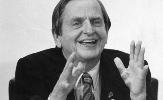 Olof Palme gestikulerar med händerna.