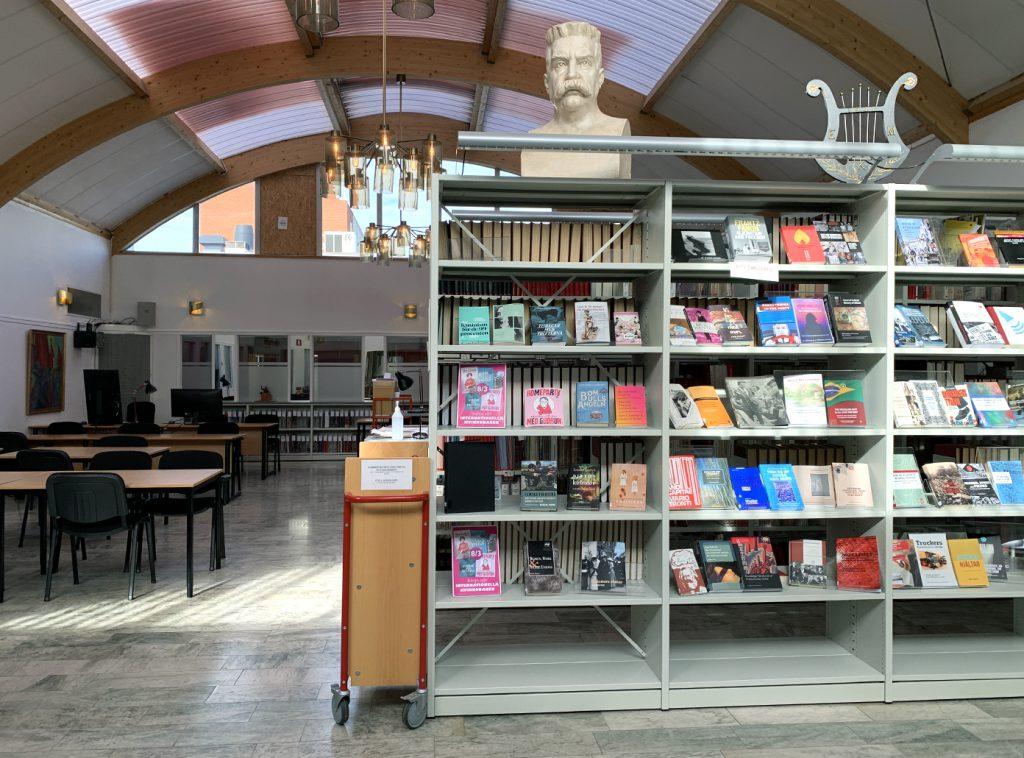 Läsesalen på Arbetarrörelsens arkiv och bibliotek med byst av Hjalmar Branting.