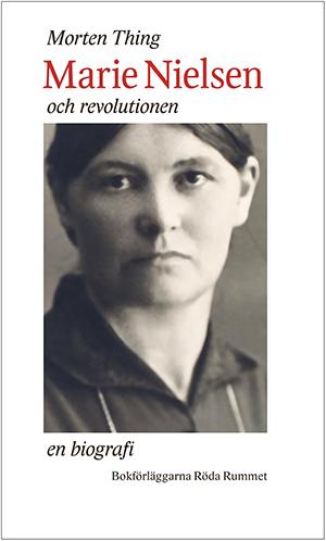 Bokomslag till Morten Things Marie Nielsen och revolutionen. Svartvit porträttbild och text i rött.