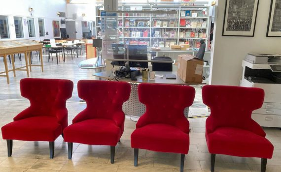 Fyra röda stolar i ARABs bibliotek.