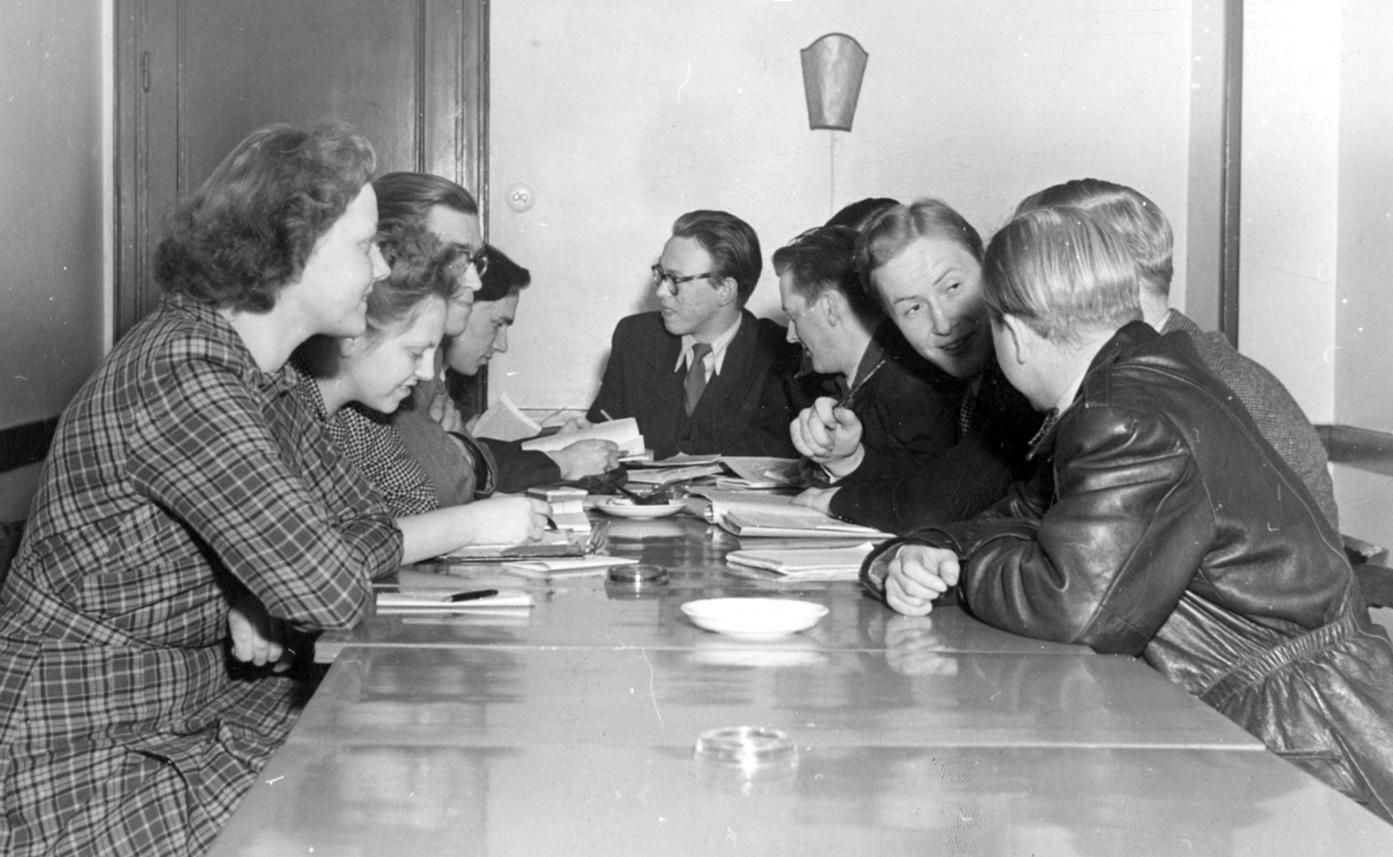 En grupp ungdomar diskuterar industriell demokrati.