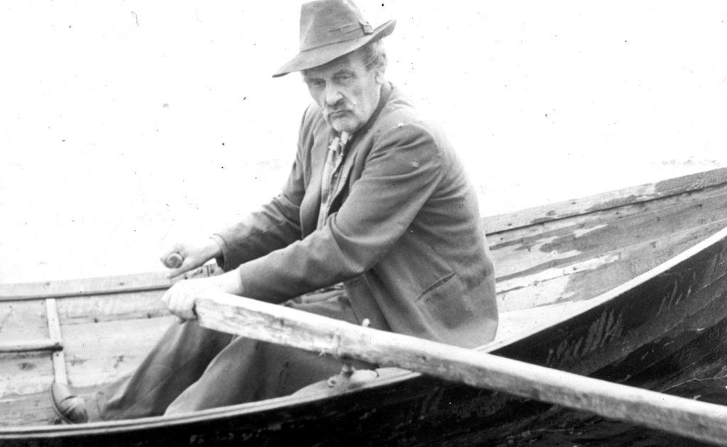 Författaren Gustaf Hedenvind-Eriksson i en roddbåt.