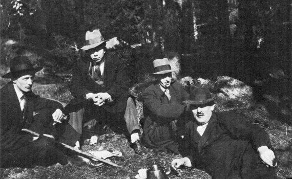 Rudolf Värnlund, Ivar Lo-Johansson, Eyvind Johnson på besök hos Gustaf Hedenvind-Eriksson i Flysta i slutet av 1920-talet. Foto: Wikimedia Commons