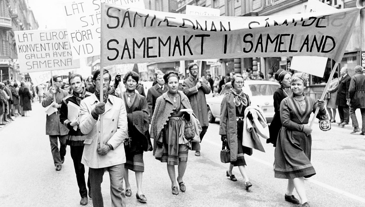 """Samer som bär banderoll med texten """"Samemakt i sameland"""" på första maj 1970."""