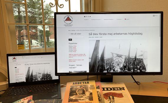 Datorskärmar där ARABs webbplats visas.