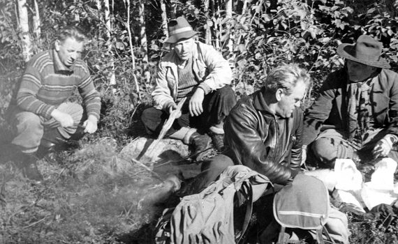 Svartvit bild med jaktsällskap som dricker kaffe: Albert Viksten, Wilhelm Moberg, Ragnar Holmström och Ernst Lind. Ur Morgon-Tidningens arkiv.