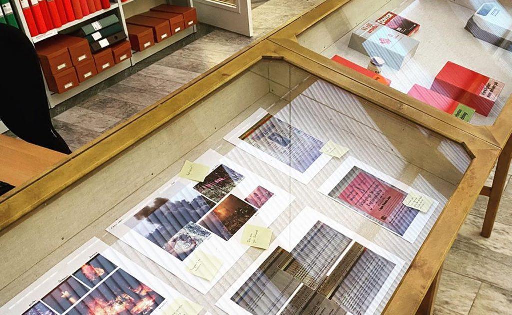 Gammaldags trämonter fylld med skisser och utskrifter.