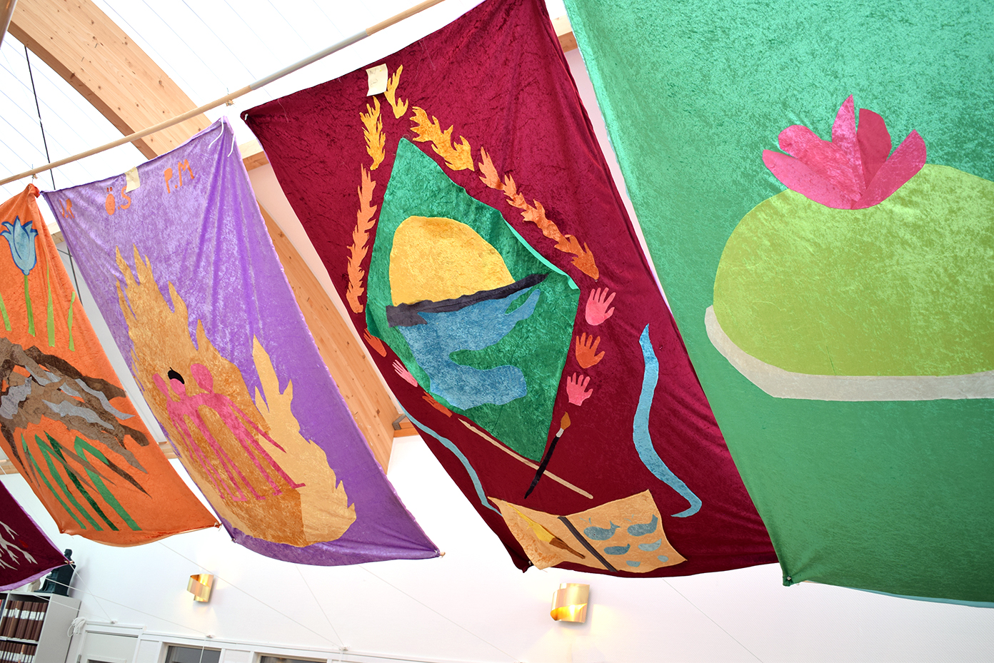 Färgstarka ridåer som hänger från taketi forskarsalen.