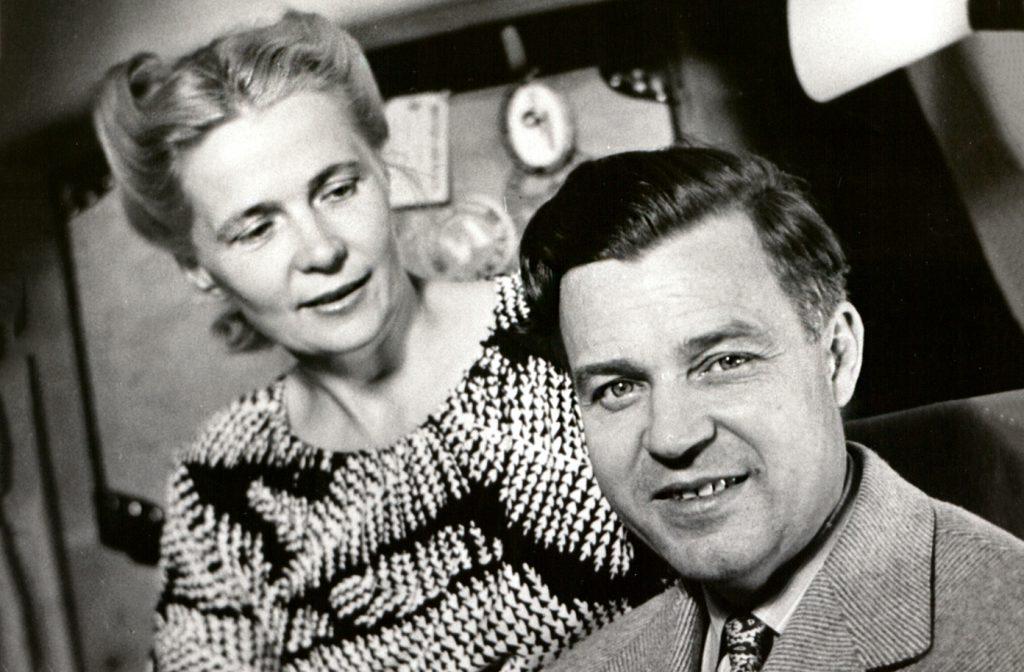 Svartvit bild av Alva och Gunnar Myrdal vid skrivbordet.