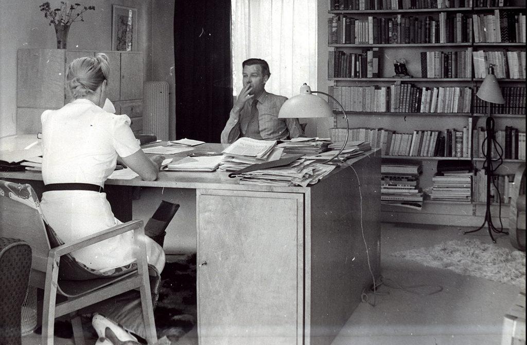 Svartvitt foto av Alva och Gunnar Myrdal i sitt arbetsrum.
