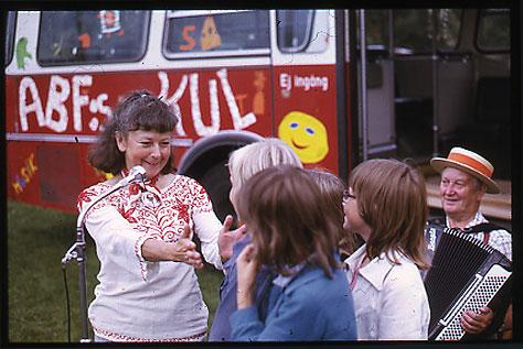 Diabild från Kul-Tur-Buss-turnéns besök i Botkyrka. Elisaveta Oxenstierna (1922-1992) fokuserar på barnen. Foto: Okänd.