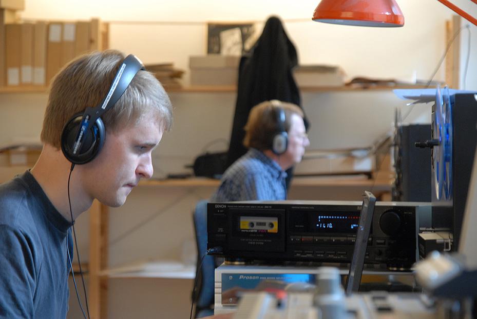 Patrik Lindgren och Ingemar Lindqvist digitaliserar ljudband