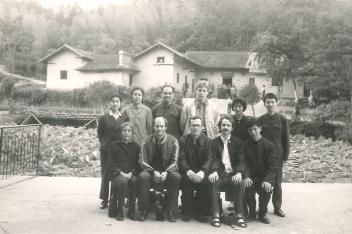 Gunnar Ohrlander avbildad med kinesiska kamrater, 1970-tal landsbygd