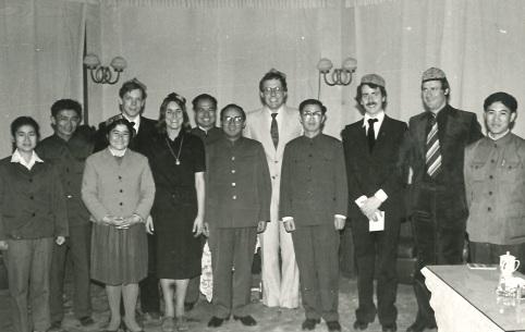 Gunnar Ohrlander avbildad med kinesiska kamrater, 1970-tal iklädda lustiga hattar